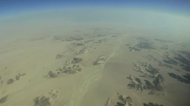 havadan manzara, sina çölü üzerinde uçuyor. dağlarla çölün üzerinde kamera dönüşü. mısır - mountain top stok videoları ve detay görüntü çekimi