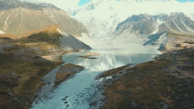 vídeos y material grabado en eventos de stock de vista aérea volando sobre nieve derretir ríos - nueva zelanda