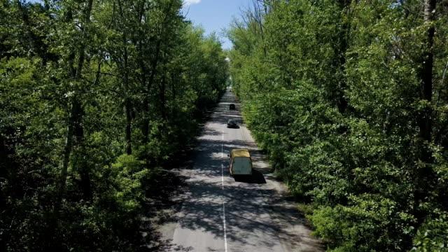 stockvideo's en b-roll-footage met luchtfoto. vliegen over de prachtige bos bomen en de weg... luchtfoto camera geschoten. landschap panorama - s
