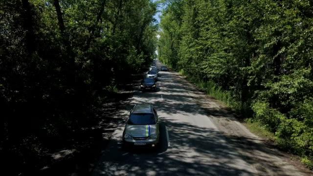 vídeos y material grabado en eventos de stock de vista aérea. volando sobre los árboles del bosque y camino... tiro de cámara aérea. panorama de paisaje - letra s