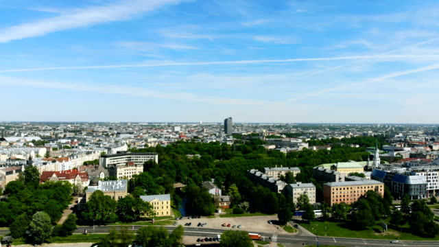 riga, ラトビアの首都上空空撮。木と都市の緑豊かな環境 - 緑 ビル点の映像素材/bロール