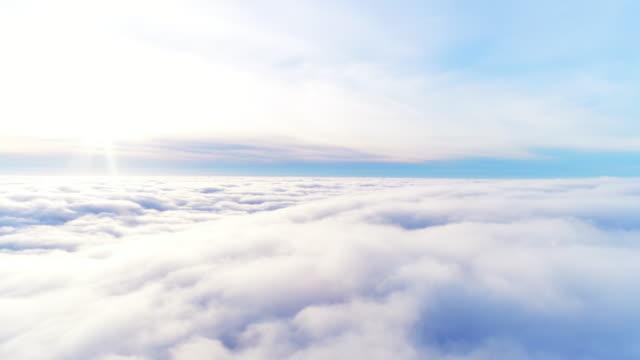 vídeos de stock, filmes e b-roll de vista aérea voando pelas nuvens fofinhas no sol da tarde, com o claro céu azul na natureza - acima
