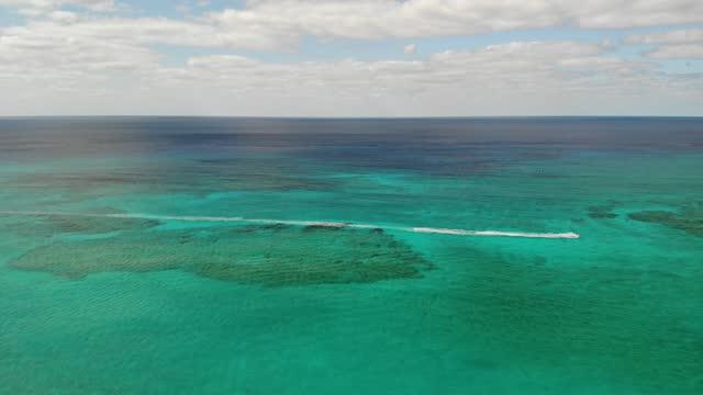 stockvideo's en b-roll-footage met luchtfoto beelden van de kustlijn van grand cayman, cayman islands stock video cayman islands, grand cayman, caribbean, tourist resort, hotel - blue sky