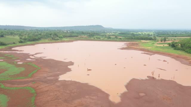 從泰國農村河流的無人機鳥圖 - 東南 個影片檔及 b 捲影像