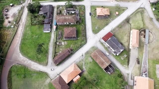 Vista aérea de um velho, pequena e pacífica cidade de Paranapiacaba em São Paulo, Brasil - vídeo