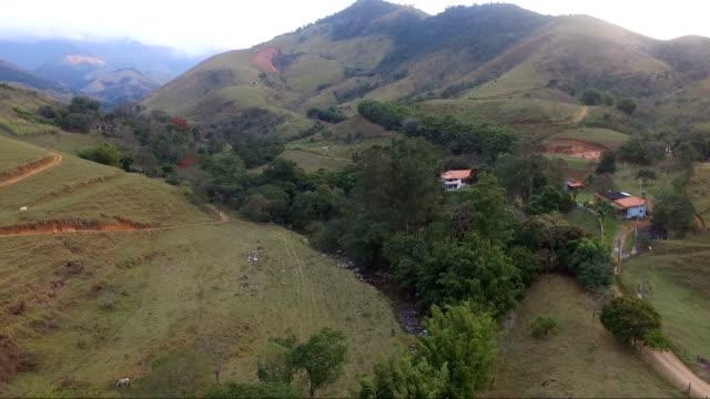 Vista aérea de um rio entre montanhas - vídeo
