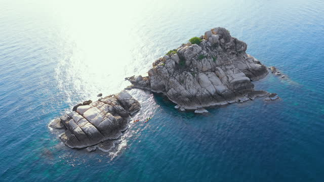 海の上のドローンからの空中写真とビーチでの岩、澄んだ青い海水の上にコタオ島タイ飛行海の上に驚くほど低い空中ショット。ストックビデオ - サムイ島点の映像素材/bロール