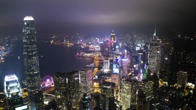 夜間飛行ドローンの中央の香港から空撮。近代的な高層ビルと都市交通システム メガポリスの背の高い建造物。 - 香港点の映像素材/bロール