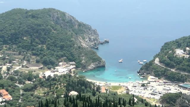 Vue aérienne de Lakones jusqu'à la ville et la baie de Paleokastritsa et Paradise beach à Liapades (l'île de Corfou, Grèce). - Vidéo
