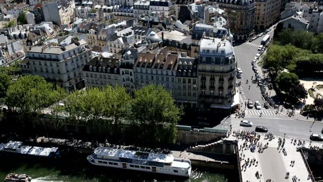 vídeos de stock, filmes e b-roll de vista aérea da parte superior da catedral de notre dame - moda parisiense