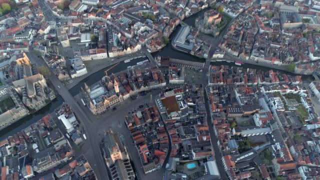 vídeos de stock, filmes e b-roll de vista aérea de ghent - sol nascente horizonte drone cidade