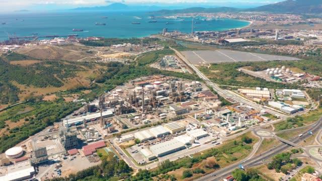vídeos y material grabado en eventos de stock de vista aérea. refinería gibraltar-san roque, sur de españa - anclado