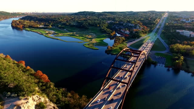 stockvideo's en b-roll-footage met luchtfoto uitzicht hoog over de 360 bridge of pennybacker bridge de lokale austin landmark - texas
