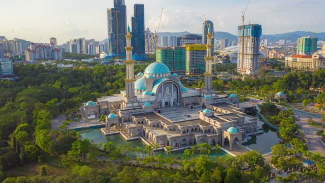 stockvideo's en b-roll-footage met luchtfoto hyperlapse 4k video van de federal territory moskee, of masjid wilayah persekutuan, kuala lumpur, maleisië bij zonsondergang. - kuala lumpur
