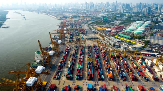 flygvy hyper-lapse eller time-lapse av industriell hamn med containrar fartyg - flod vatten brygga bildbanksvideor och videomaterial från bakom kulisserna