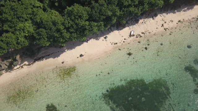 vídeos de stock e filmes b-roll de aerial view if fishing boat at the beach - fishman