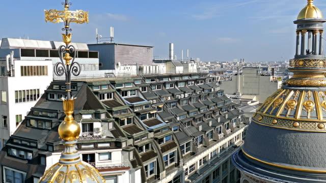 vídeos de stock, filmes e b-roll de vista aérea, em 4k, a partir do terraço da loja printemps, paris, frança - moda parisiense