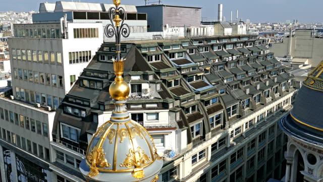 vídeos y material grabado en eventos de stock de vista aérea en 4k desde la terraza de la tienda printemps, parís - moda parisina