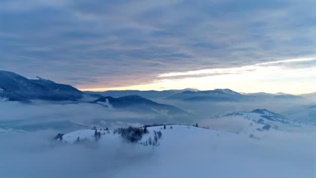 flygfoto i dimmigt sunset vinterberg - bergsrygg bildbanksvideor och videomaterial från bakom kulisserna