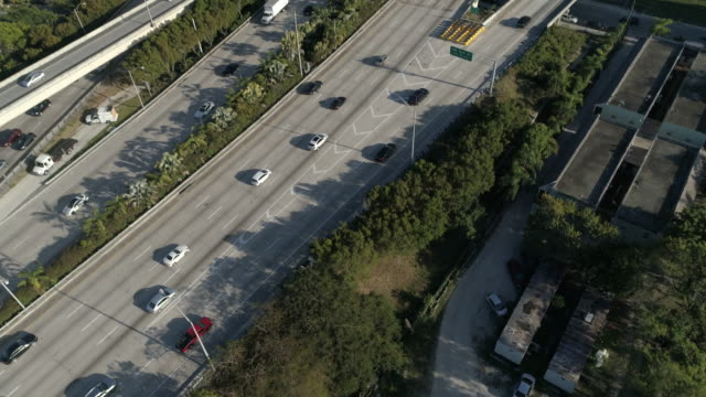 aerial view in miami - наклон вверх стоковые видео и кадры b-roll