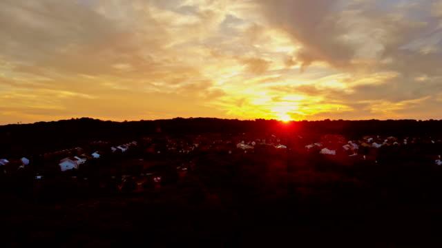 vídeos de stock, filmes e b-roll de vista aérea na área de sono em um alvorecer do por do sol sobre - sol nascente horizonte drone cidade