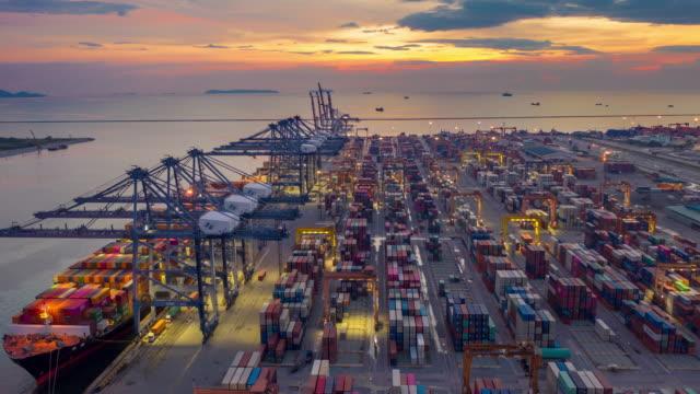 vidéos et rushes de vue aérienne port industriel avec port de conteneurs où fait partie de l'expédition - chine