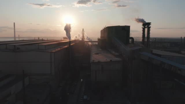 Luchtfoto. Industrie buizen vervuilen de atmosfeer met rook video