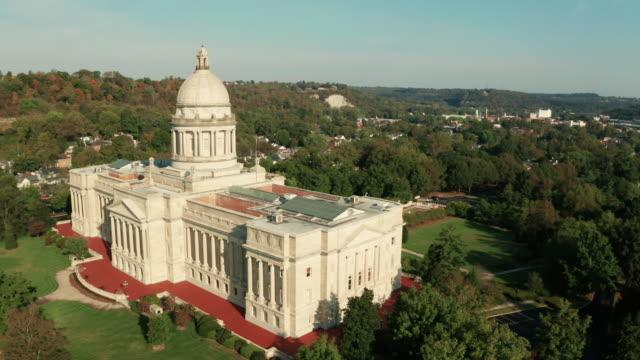 luftaufnahme isoliert auf dem state capital capitol building frankfort kentucky - hauptstadt stock-videos und b-roll-filmmaterial