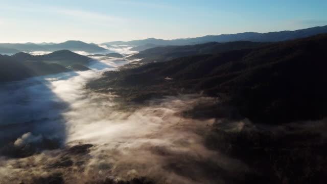 flygfotolandskap av berg och soluppgångsky - viadukt bildbanksvideor och videomaterial från bakom kulisserna
