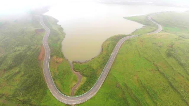 vídeos de stock, filmes e b-roll de vista aérea estrada paisagem rural na província de montanha verde, guizhou, china - multicóptero