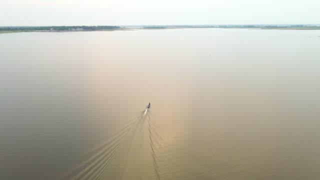 luftaufnahme, großer stausee beim segeln mit dem fischerboot, zum fischen. tracking - freizeitaktivität im freien stock-videos und b-roll-filmmaterial