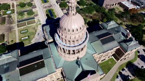 vídeos de stock e filmes b-roll de vista aérea, olhando para baixo sobre o edifício capitólio do estado do texas dia solarengo na cidade de austin, no texas - capitais internacionais