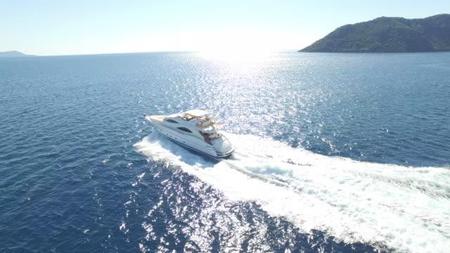 vídeos y material grabado en eventos de stock de yate de lujo vista aérea en el mar - yacht