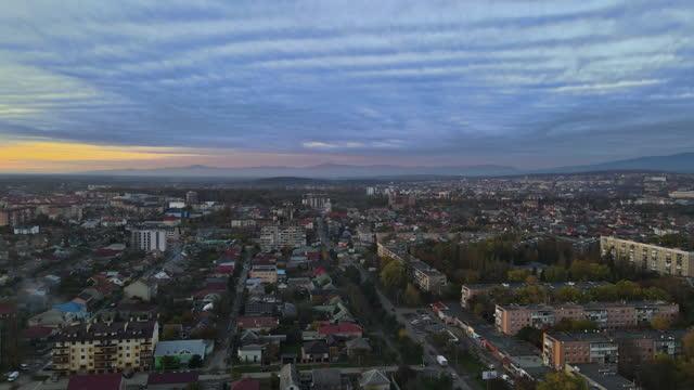 vista aerea magro alba nella stagione autunnale nella zona residenziale sulla città di uzhhorod zakarpattya ucraina - transcarpazia video stock e b–roll