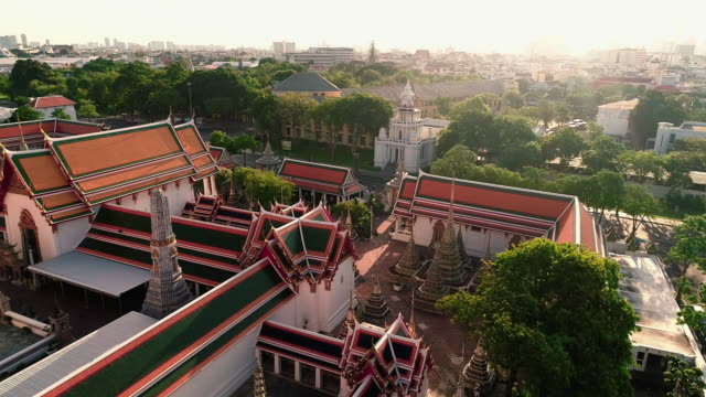 vídeos y material grabado en eventos de stock de vista aérea que se mueve sobre el templo en la ciudad de bangkok tailandia - sudeste
