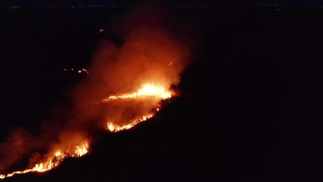 flygvy. night fire. på fältet brinnande torrt gräs. 4k - skog brand bildbanksvideor och videomaterial från bakom kulisserna
