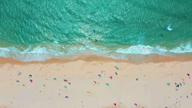 Luchtfoto. Oceaan golven, Kitesurfen uit de hemel in de blauwe oceaan video
