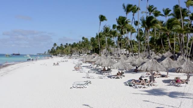 Luftaufnahme eines wunderschönen weißen Sandstrandes, Bavaro Beach, Punta Cana, Dominikanische Republik – Video