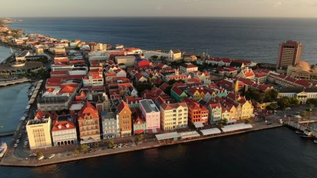 curaçao bir kıyı şehir bölgesinin havadan görünümü - coğrafi konum stok videoları ve detay görüntü çekimi