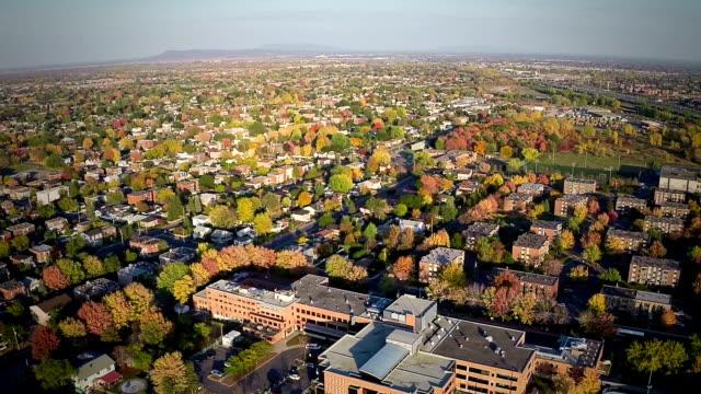widok z lotu ptaka na wspólną przedmieście district - osiedle mieszkaniowe filmów i materiałów b-roll