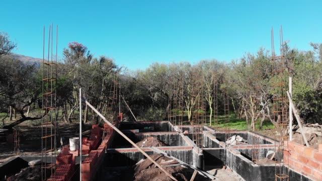 vídeos y material grabado en eventos de stock de vista aérea de un sitio de construcción donde se construirá una casa - imperfección