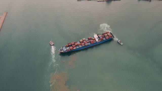 Luftaufnahme eines Containerschiffes, Hafen, Fracht verlassen. – Video