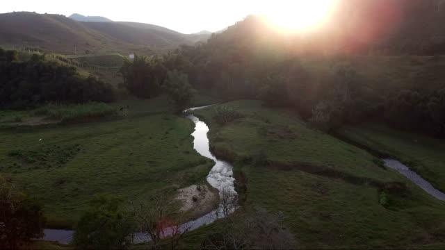 De vista aérea hum riacho sem fim de tarde - vídeo