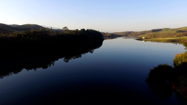 Vista aérea de uma represa e rodovia - vídeo