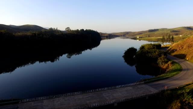 Vista aérea de uma represa e rodovia - Zoom em - vídeo