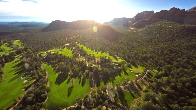 luftbild von einem golfplatz - tal stock-videos und b-roll-filmmaterial