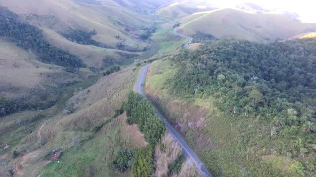 Vista aérea de uma rodovia na montanha - vídeo