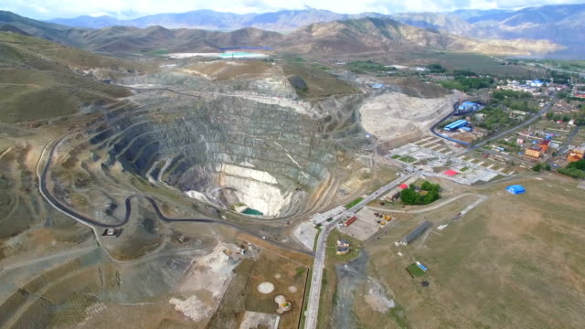 거대한 광산 구덩이,신장,중국의 공중 보기. - 광물질 스톡 비디오 및 b-롤 화면