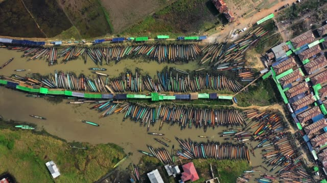 aerial view of a lot of boats near the market on inle lake - burma home do filmów i materiałów b-roll