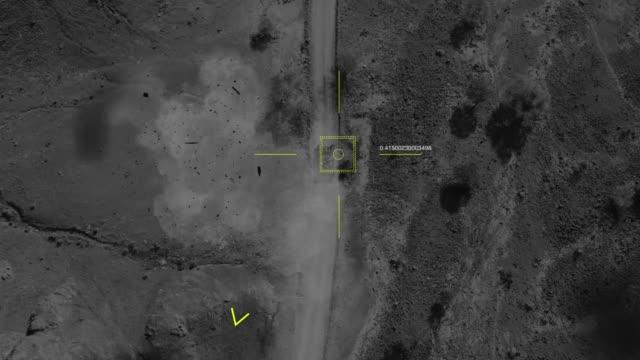 군용 무인 항공기의 공중 보기는 탱크 촬영을 목표로하고 그것을 놓친다 - 무인항공기 스톡 비디오 및 b-롤 화면